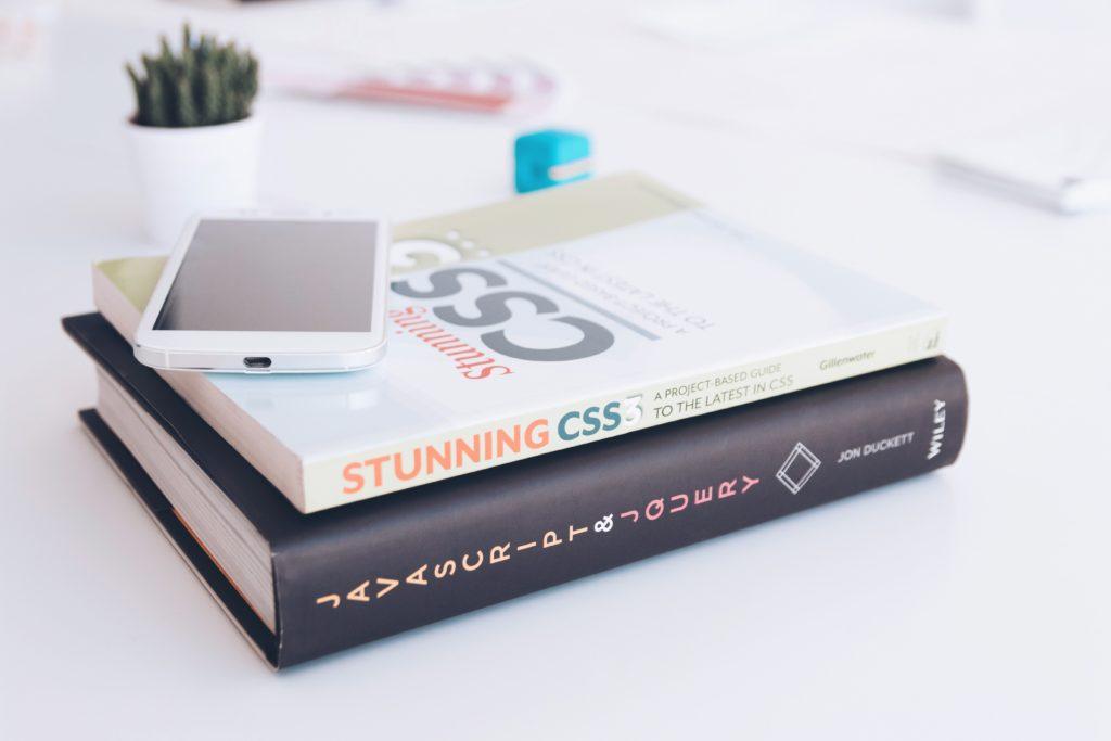 html・cssの本が机の上にある写真