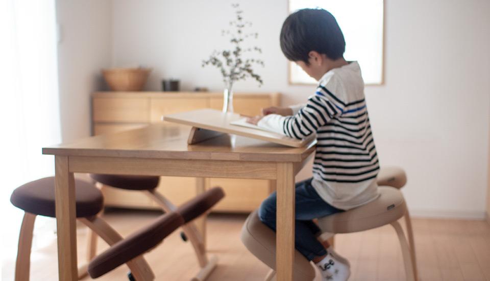 バランスチェア イージーで勉強している男の子の写真